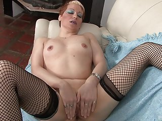 Adult works her pussy while sitting naked and horny on the couch