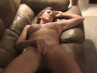 This MILF is one helluva masturbator and she does her thing effortlessly
