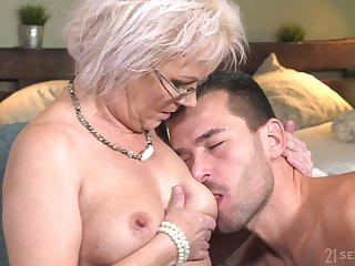 Auntie likes the young inches hitting their way G spot so wonderful