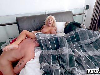 Busty cougar Brandi Bae enjoys getting fucked bordering her sleeping hubby